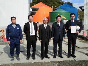 右から2番目が川勝知事で3番番目が西原市長